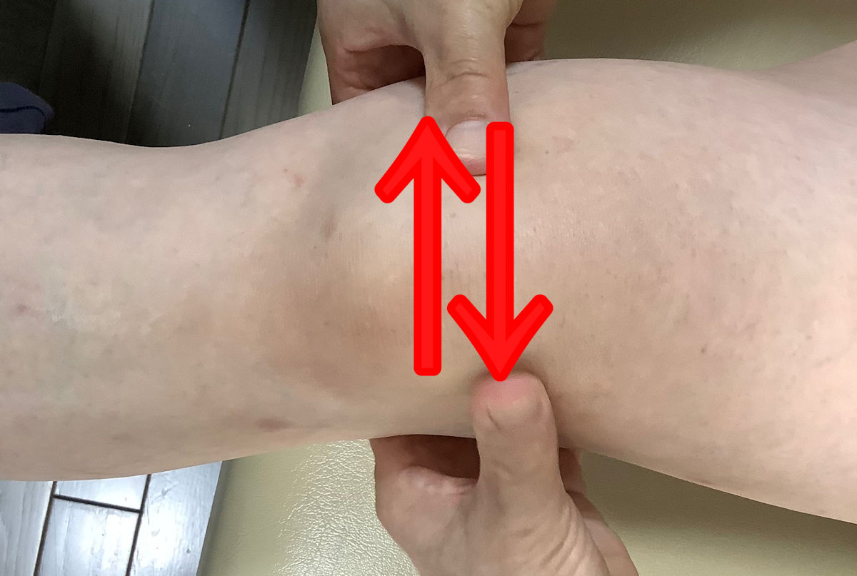 膝の皿を左右に動かす